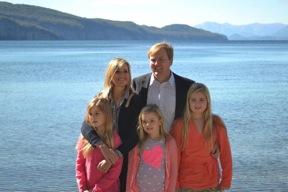 La Familia Real con el Lago Nahuel Huapi de telon de fondo.